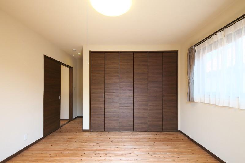 自然素材に囲まれた寝室。広々としたウォークインクローゼットも