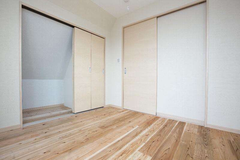 洋室。スペースを上手に使った押入れもあります