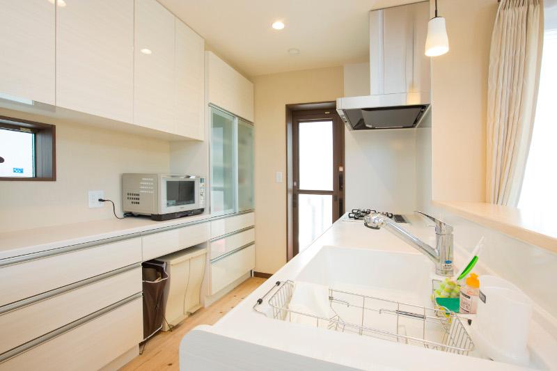 キッチンは白を基調としたすっきりした雰囲気。収納も十分確保しました