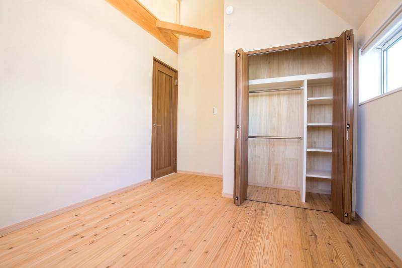 洋室。十分な収納があり、天井も高い