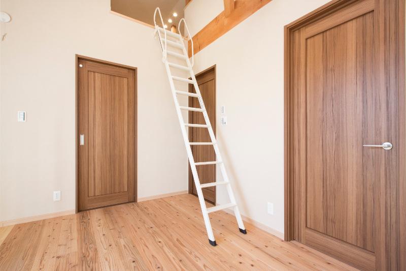 ロフトには梯子で上がります。伸縮式なので普段は壁に沿わせられます