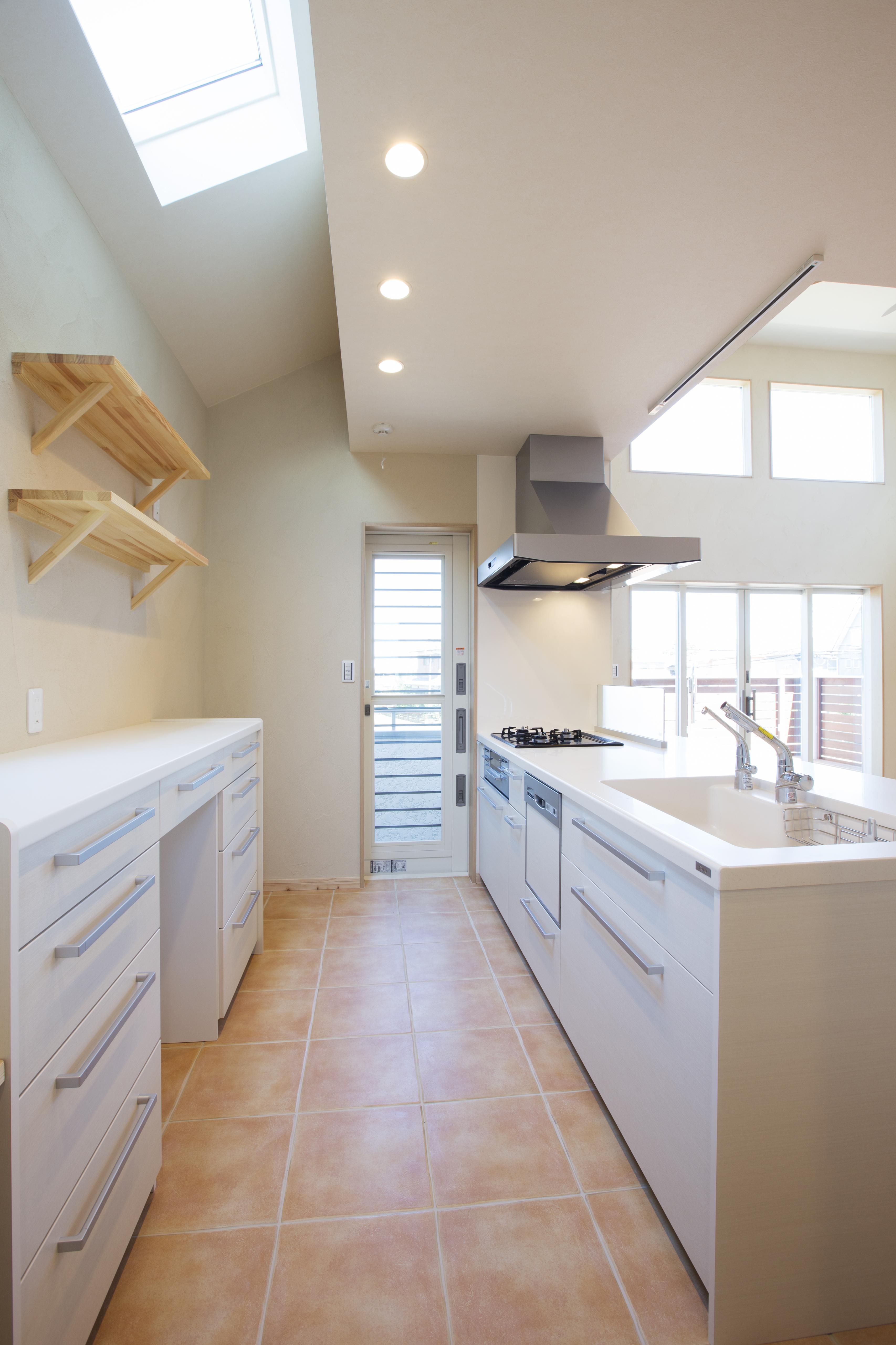 スッキリした雰囲気のキッチン。奥の扉の先は小さいバルコニー