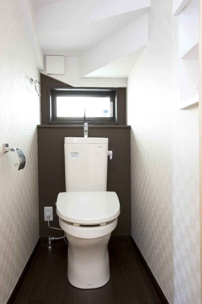 1Fのトイレは小さな窓があり明るいです。トイレは各階にあります