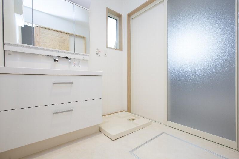 白を基調とした清潔感のある洗面脱衣場です
