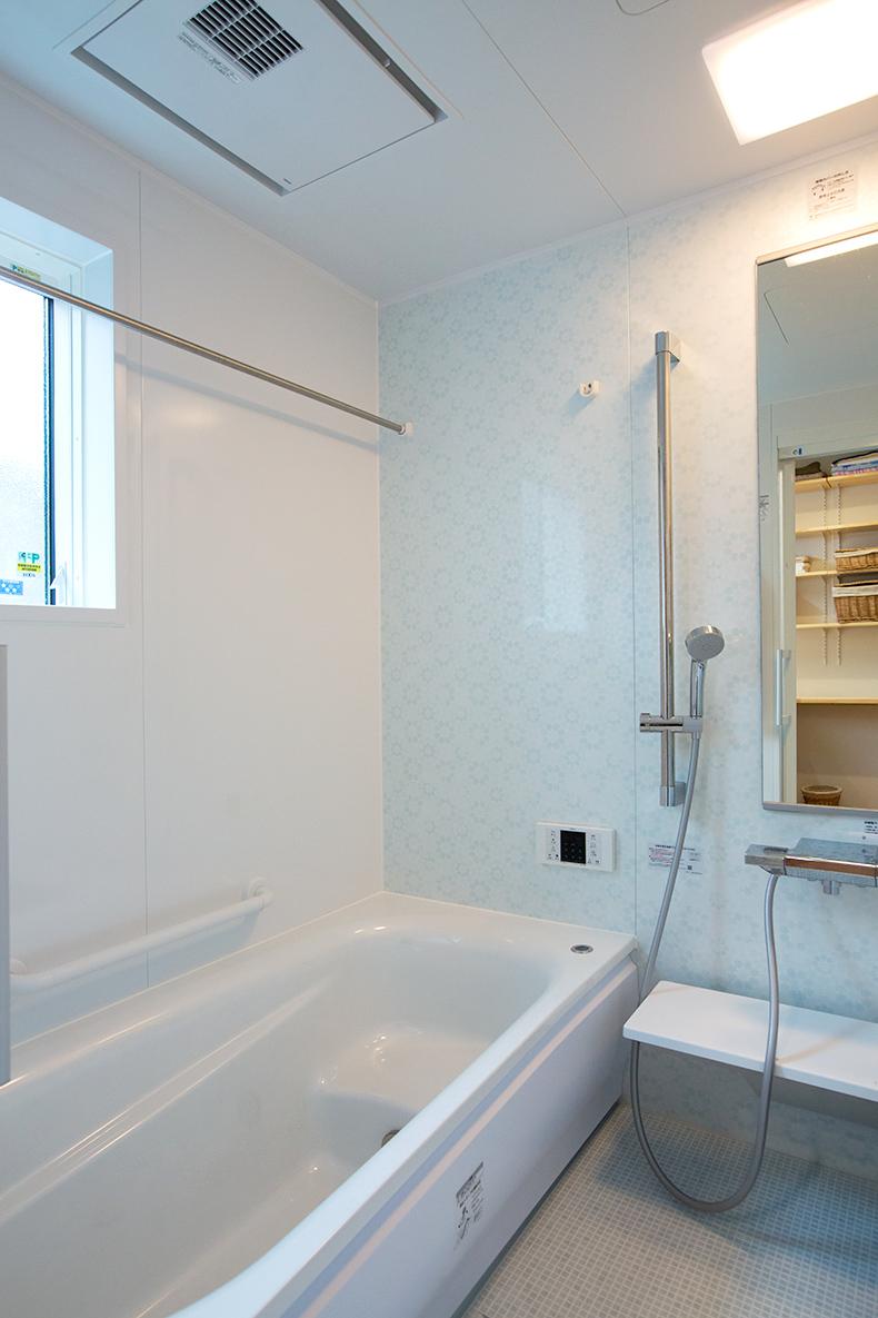 清潔感のあるバスルーム。浴室乾燥機付きです