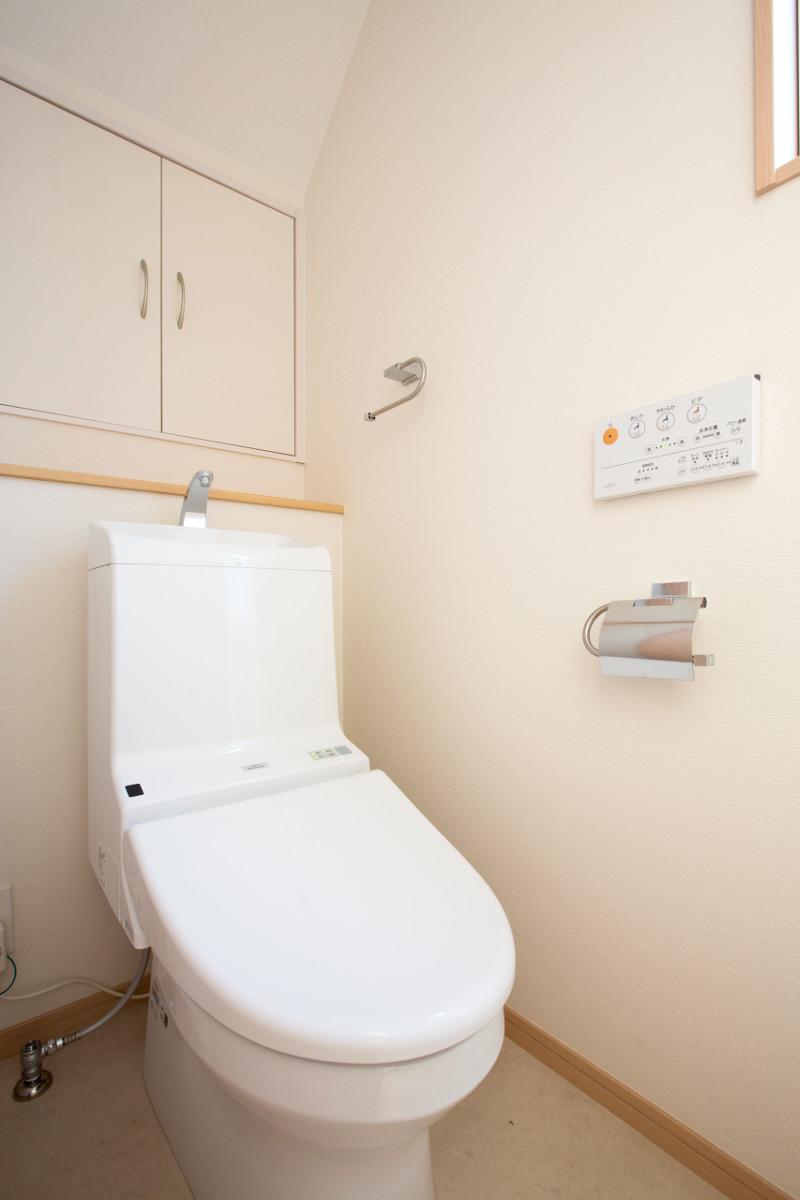 こだわりのトイレ。床材や珪藻土の壁で消臭効果もバッチリ
