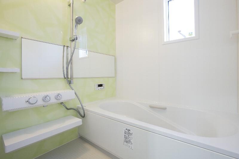 清潔感と温かみのあるバスルーム