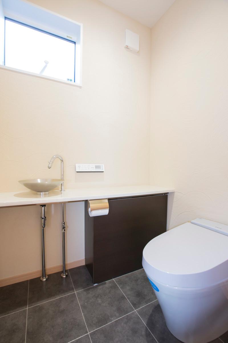 こだわりの広々としたトイレです。壁にもこだわりました