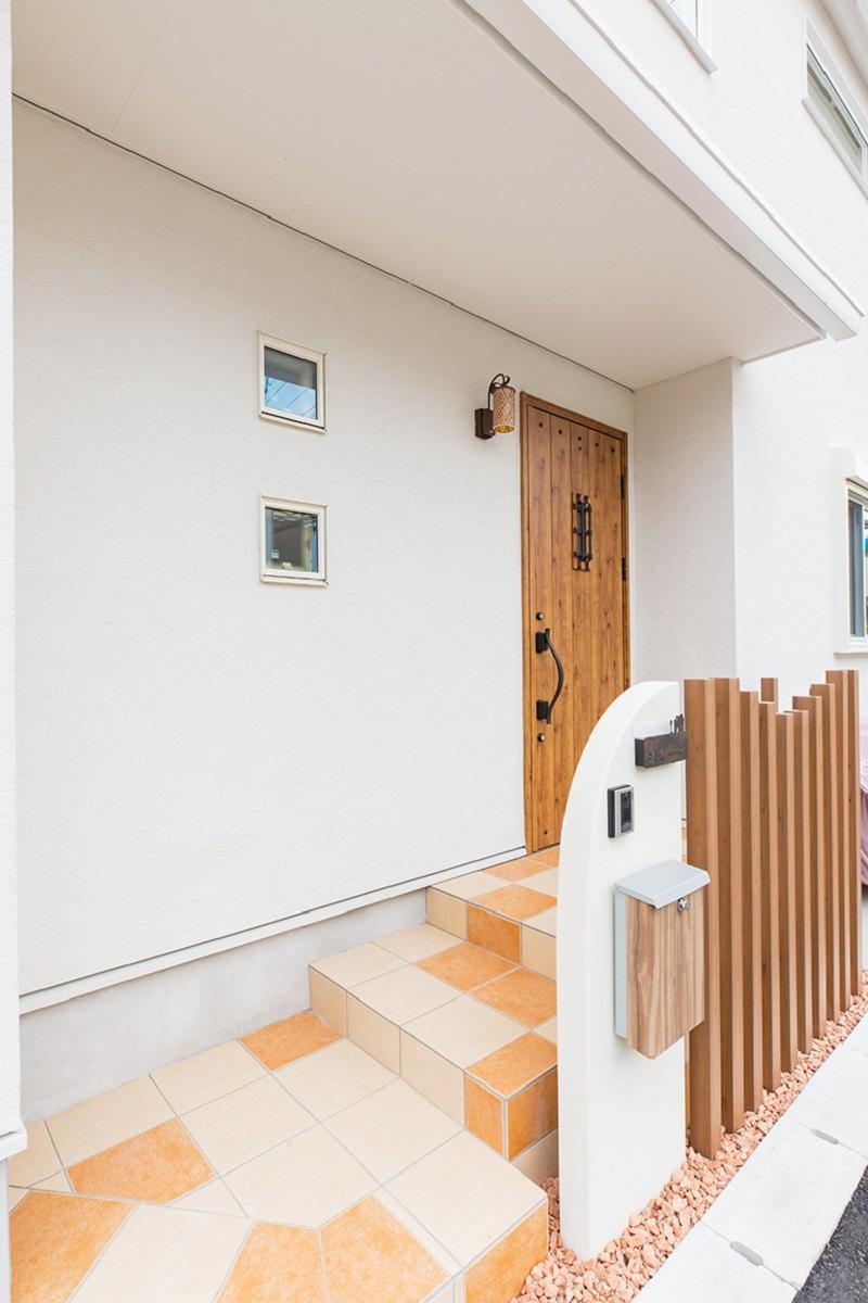 玄関ステップの色合いの可愛らしさ