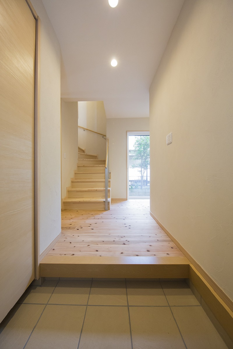 リビングに上がる階段とガラス戸で奥行きがあります