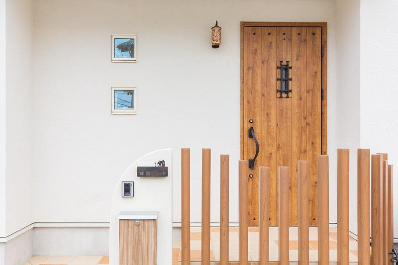 可愛い玄関ステップから、暖かみある玄関扉へ