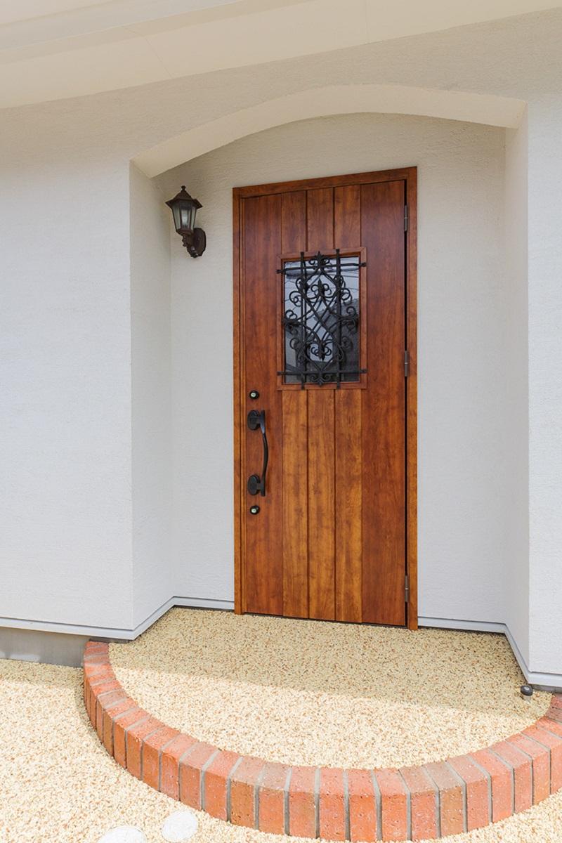 暖かみある玄関扉。Rのステップが可愛いです