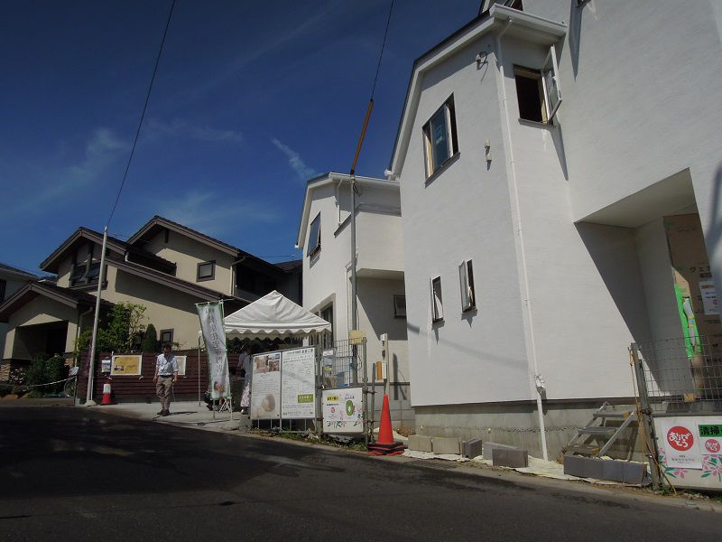 3区画の内、2軒が完成 2軒の内の1軒は施主様が決まっております。 今回は奥のお家のご紹介でした!