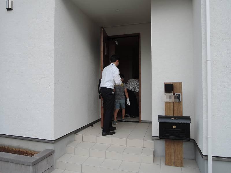 残念ながら今回は、玄関周りの様子しかお見せできません!